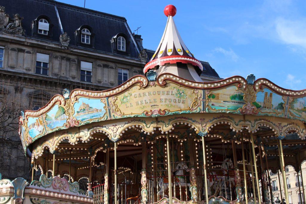 Carrousel devant l'Hôtel de Ville