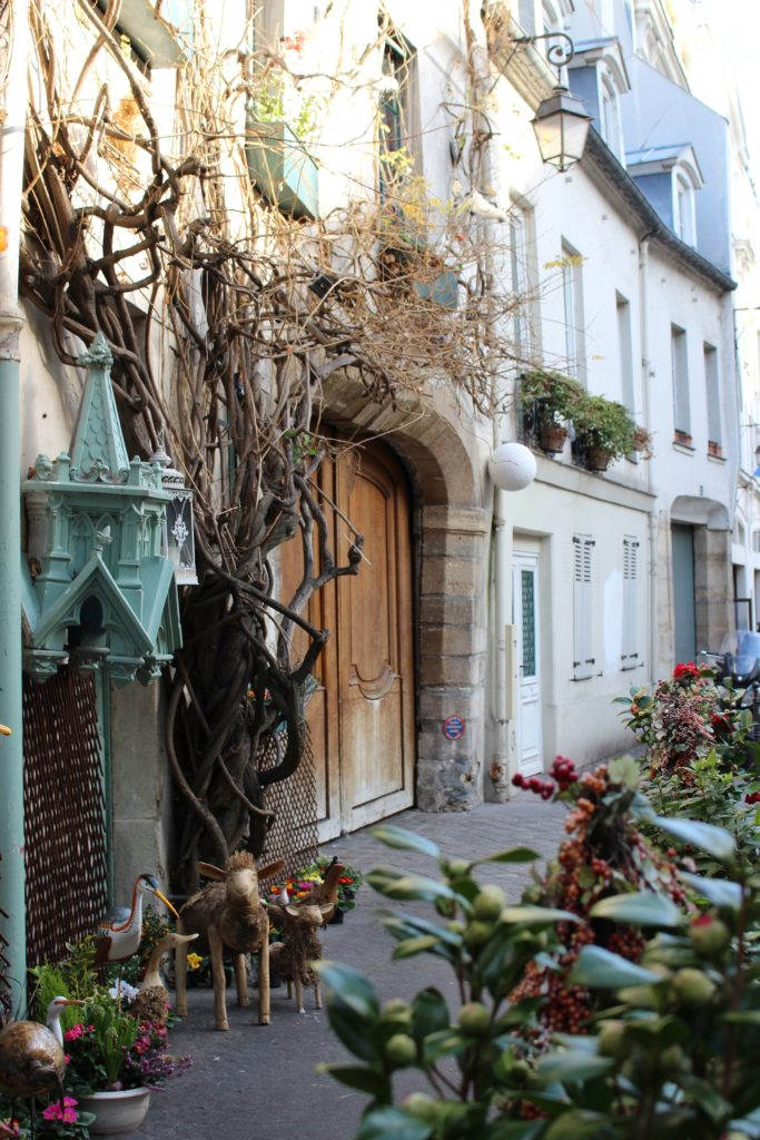 Rue Chanoinesse sur l'île de la Cité