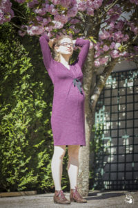 Angèle dans sa robe de grossesse aubergine