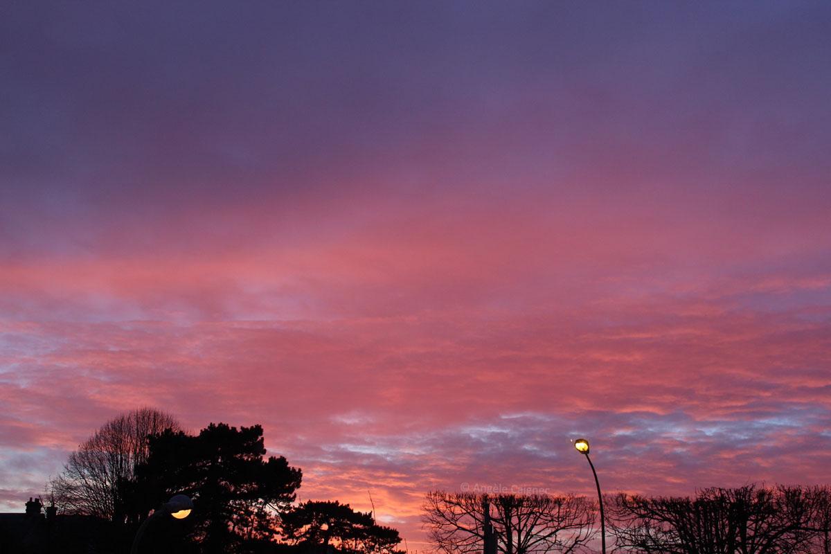 Ciel de coucher de soleil, orienté ouest, aux couleurs violet foncé, rose foncé et orangé