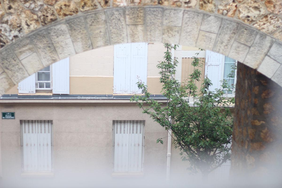 détail d'une rue de Saint-Cloud, sous la passerelle
