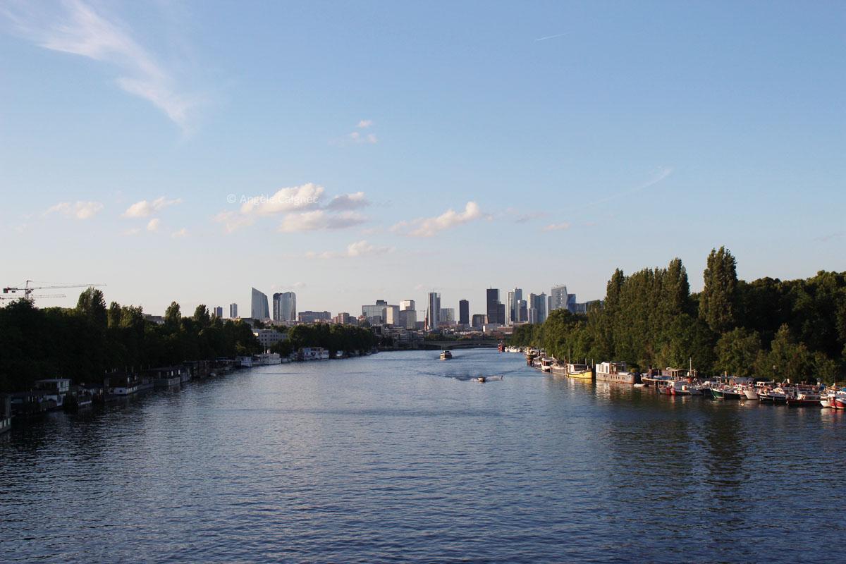 Vue sur la passerelle de Saint-Cloud, la Seine et La Défense au loin