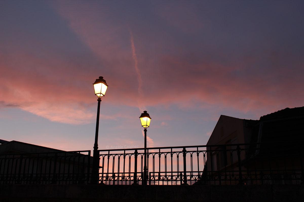 Ciel de fin de journée orienté nord, fond bleu violacé et nuages roses